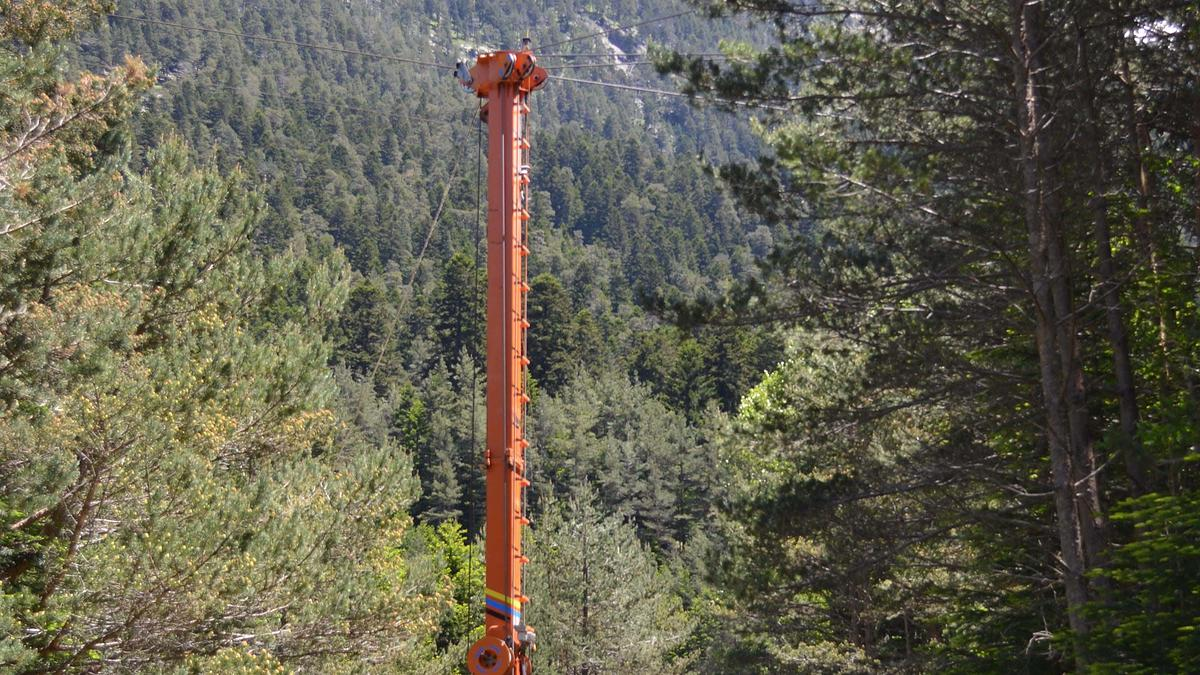 Le câble-mât de l'ONF de couleur orange est un Mayr-Melnhof (type syncrofalke 4T)