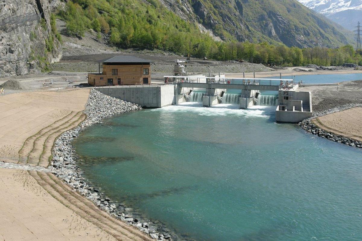 Image d'un barrage dans une zone sans nature